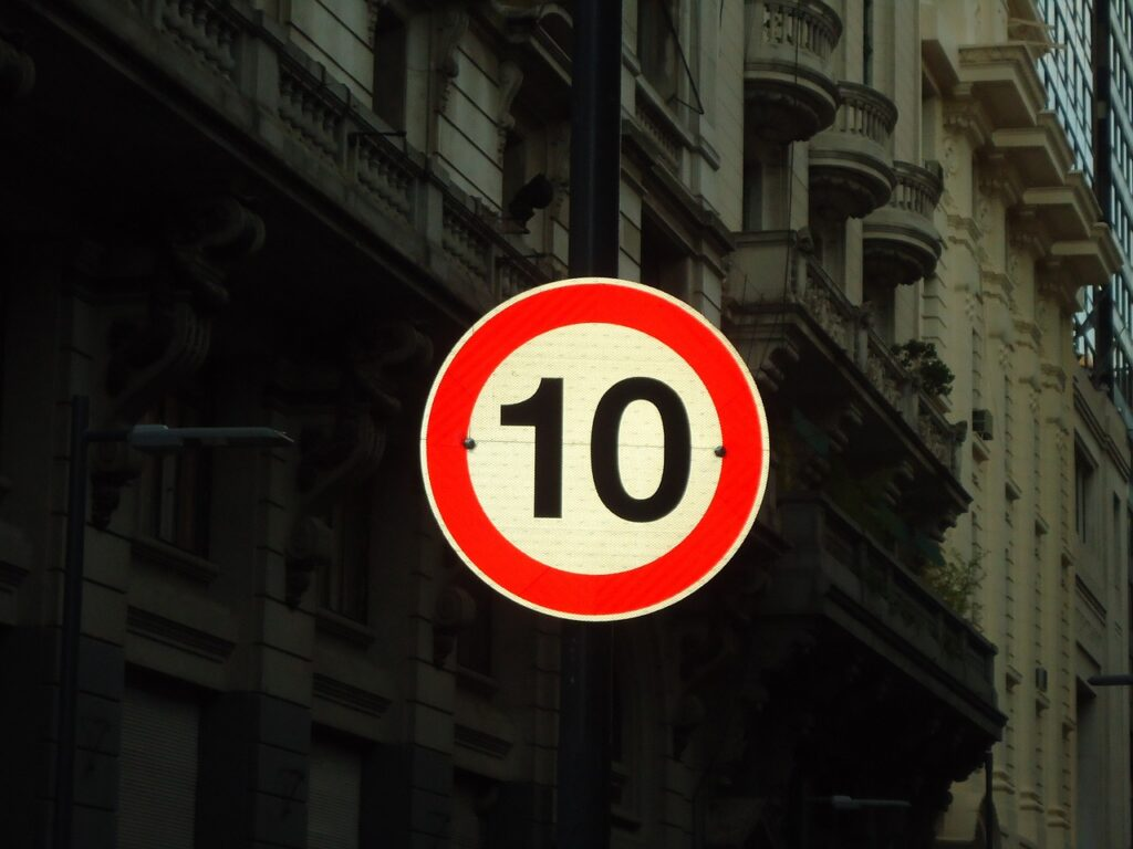 señalización fija reflectiva para la regulación del tráfico según INVIAS