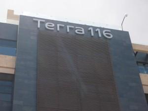 aviso en metal, fachada
