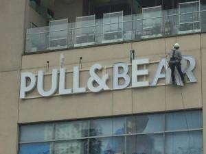 aviso en acrílico, cliente Pull & Bear
