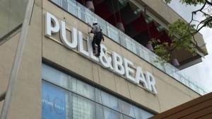 aviso en acrílico - Pull & Bear