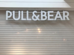 letras en acrílico en local comercial