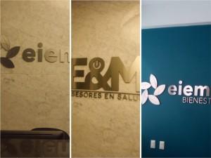 letreros en metal en interior de oficinas